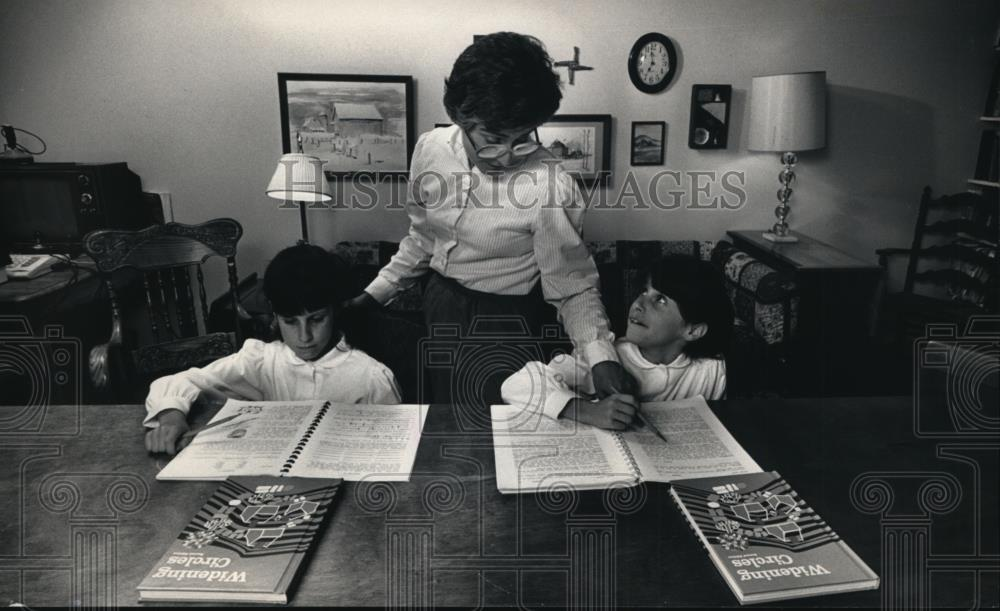 1987 Press Photo Twins Emily And Katie Downs Are Home-Schooled By Mother,  Cheryl