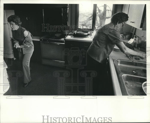 1976 Press Photo Senn ladies in kitchen at their farm in Wisconsin - mjc21527 - Historic Images