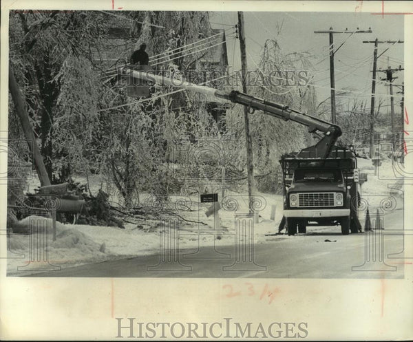 1976 Press Photo Wisconsin Electric Power linemen work after ice storm - Historic Images