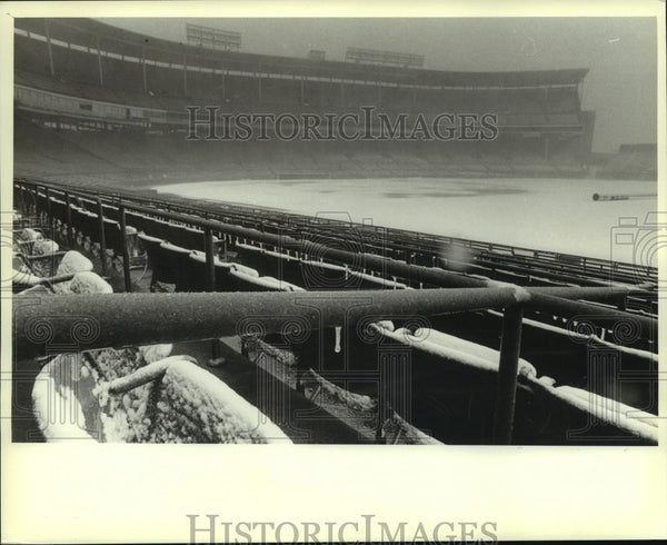 1982 Press Photo Snow covered the filed Saturday at Milwaukee County Stadium - Historic Images