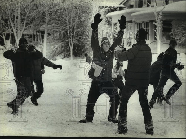 1982 Press Photo Kids playing football in the snow, Milwaukee, Wisconsin - Historic Images