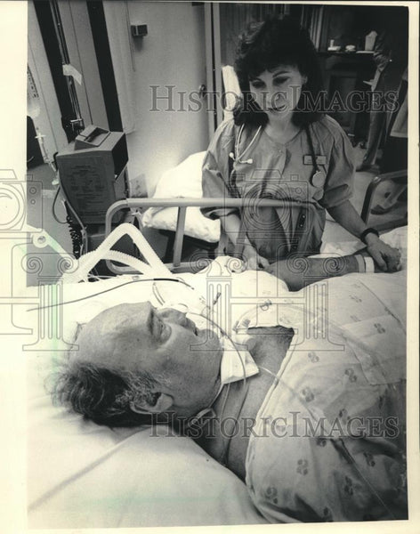 1986 Press Photo Nurse with a patient in hospital - mjc20445 - Historic Images