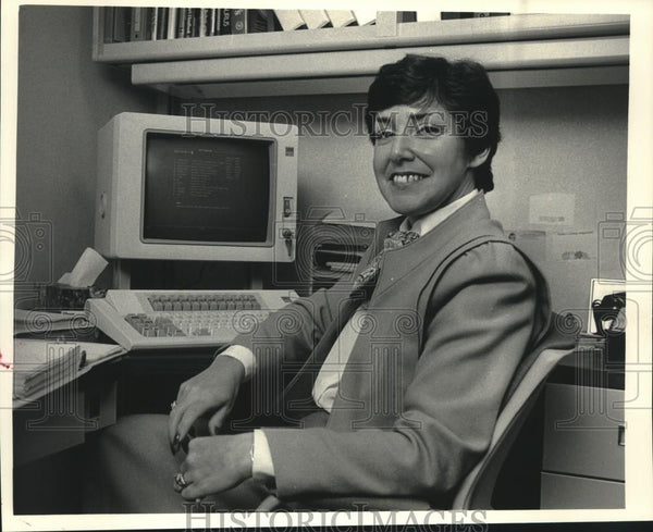 1986 Press Photo Technical Writer Charlotte Ruenzel of A.O. Smith In Milwaukee - Historic Images