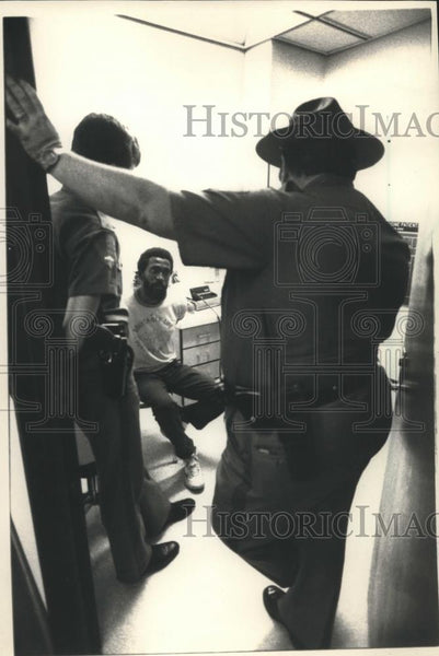1988 Press Photo Police and prisoner at Oklahoma Memorial Hospital Oklahoma City - Historic Images