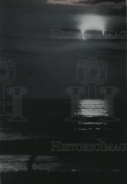 1992 Press Photo A surfer rides a wave during a eclipse, California - mjc19758 - Historic Images