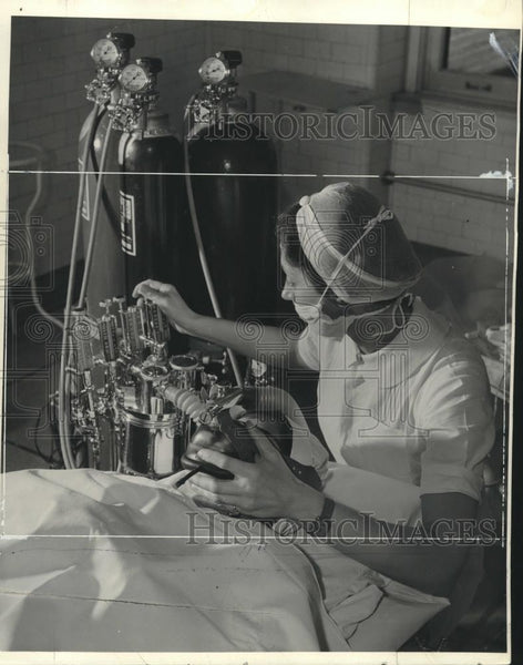 Press Photo Anesthesia is administered to patient - mjc20447 - Historic Images