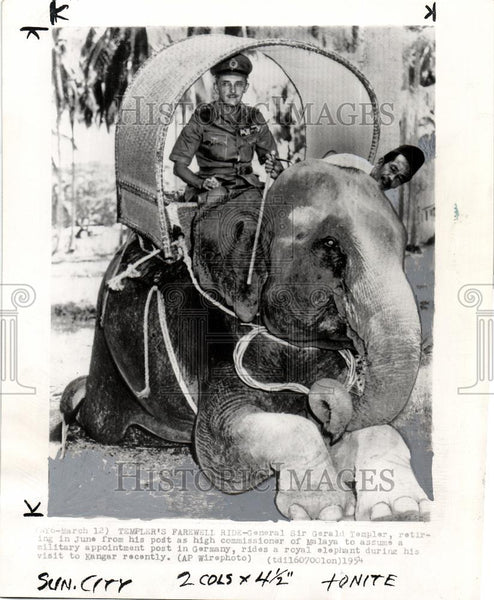 1954 Press Photo Sir Gerald Templer Maylaya elephant - Historic Images