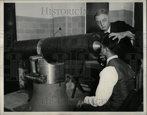1932 Press Photo Dr. John Green Demonstrating Magnets - Historic Images