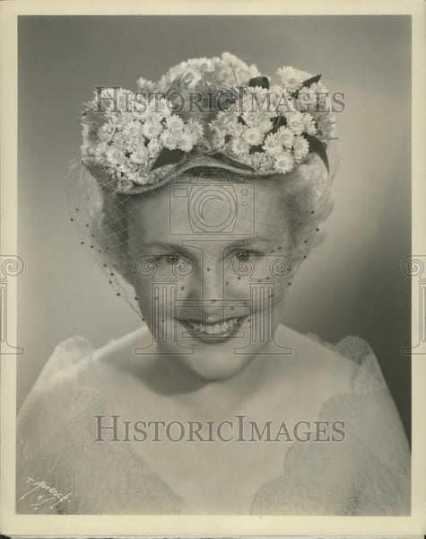 Press Photo Rose Saphire designed hat - Historic Images