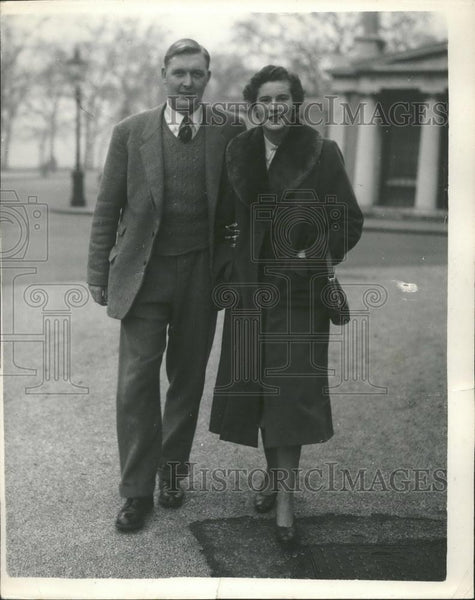1955 Press Photo England's Rugby Captain , Peter Young & fiancee Ann Murphy - Historic Images