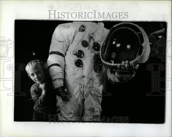 1992 Press Photo Lee Falvey cardboard astronaut museum - Historic Images