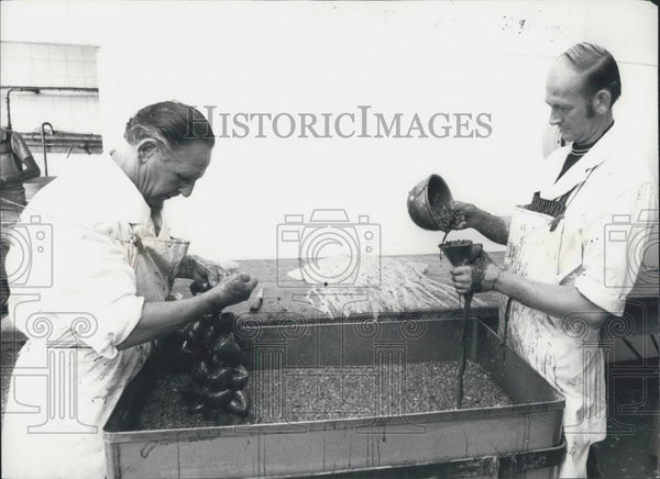 Press Photo Walter Markey Chef Preparies Puddings With Colleague Harry Potter - Historic Images