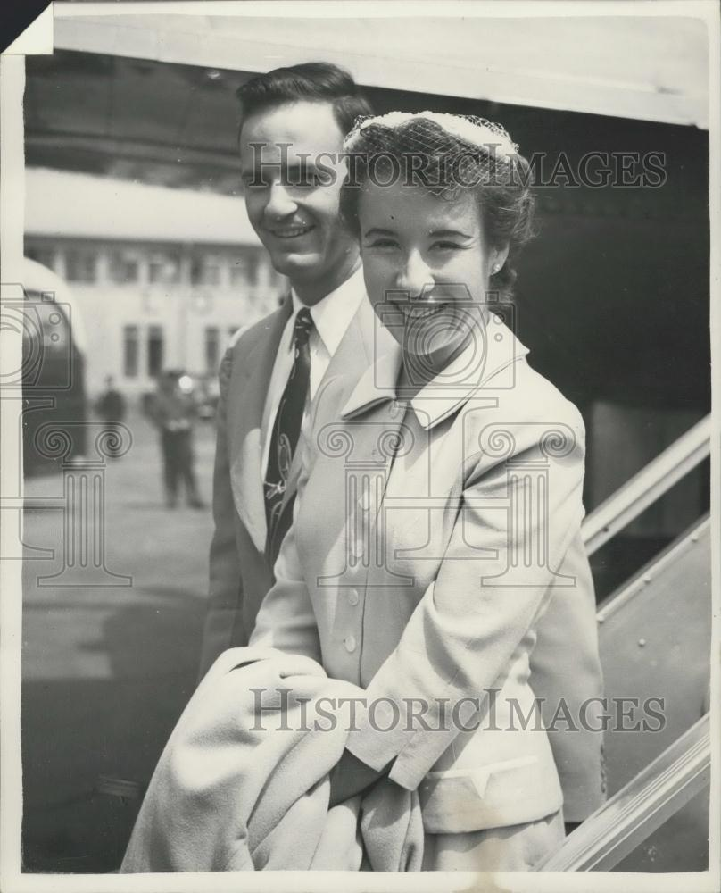 1955 Press Photo Maureen Connolly Arrives In London On Honeymoon - Historic Images