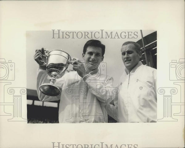 1958 Press Photo Ashley Cooper with the cup - and Neil Fraser at Wimbledon - Historic Images