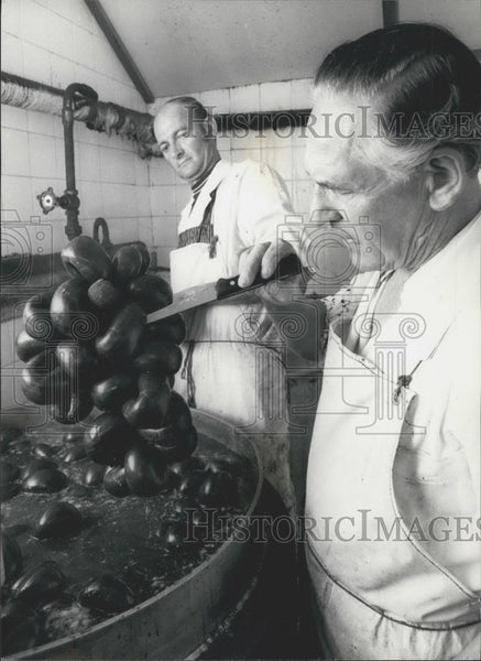 Press Photo Walter Marekey makes black pudding with colleague Harry Potter - Historic Images