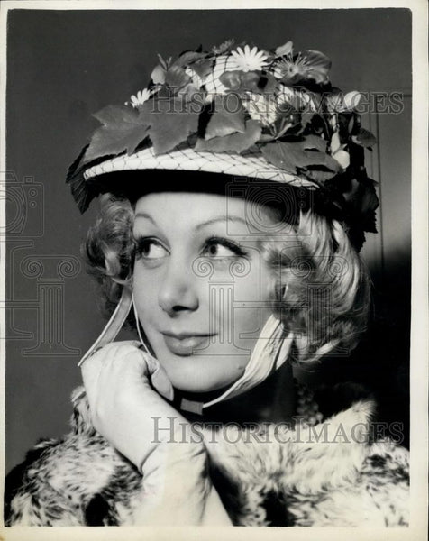 Press Photo Doray Swan of Dolphin Square - models a unique crash helmet - Historic Images