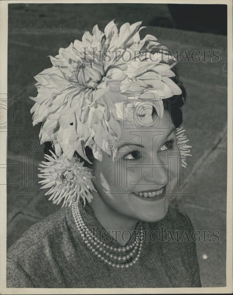 Press Photo Dee Gilpin Model Wears Huge Dahlia Hat Westminster Society - Historic Images