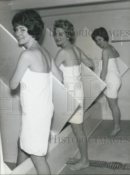 Press Photo Susan MacFadyen, Kim Large and Joyce Sixsmith Stepping into Steam - Historic Images