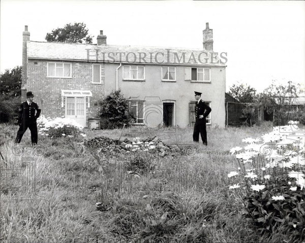 Press Photo Policemen looking for clues at Leatherslade Farm - Historic Images