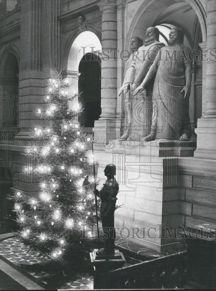 1941 Press Photo Christmas Tree In Swiss Federal Palace Entrance Hall - Historic Images