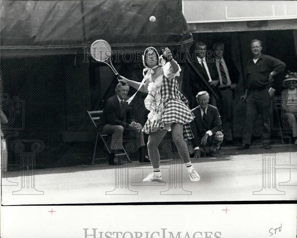 Press Photo Tennis Player Bobby Riggs Playing In Funny Costume - Historic Images