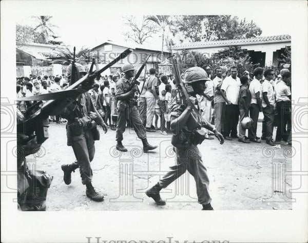1965 Press Photo U.S. Troops patrolling food line in Dominican Republic - Historic Images