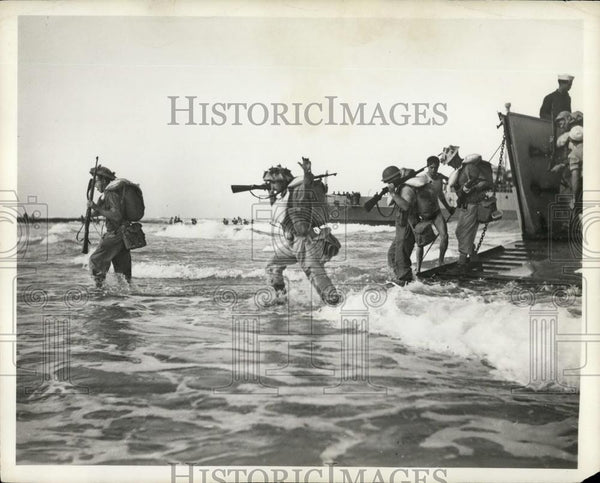 Press Photo Israeli Infantry Landing On Shore From Troopships-Suez Crisis - Historic Images