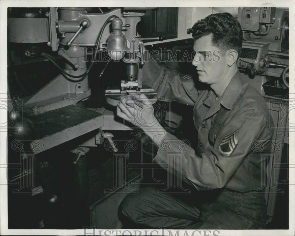 Press Photo Sgt. John J. Smith works with one of his inventions - Historic Images