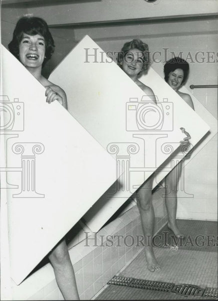 Press Photo Susan MacFadyen, Kim Large and Joyce Sixsmith in Steam Bath - Historic Images