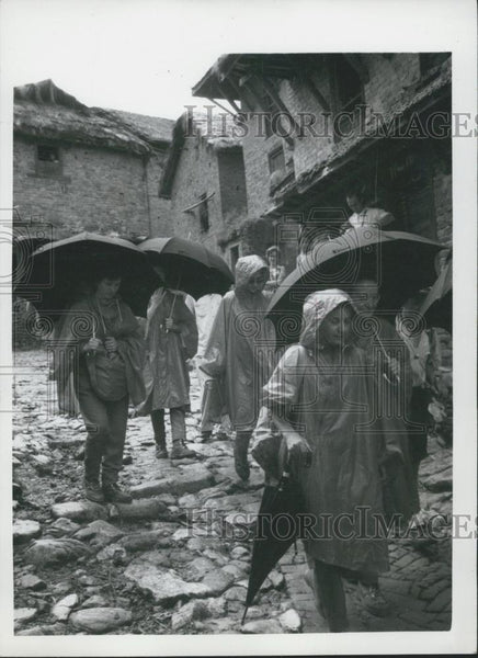 Press Photo Nepal trekkers in the rain - Historic Images