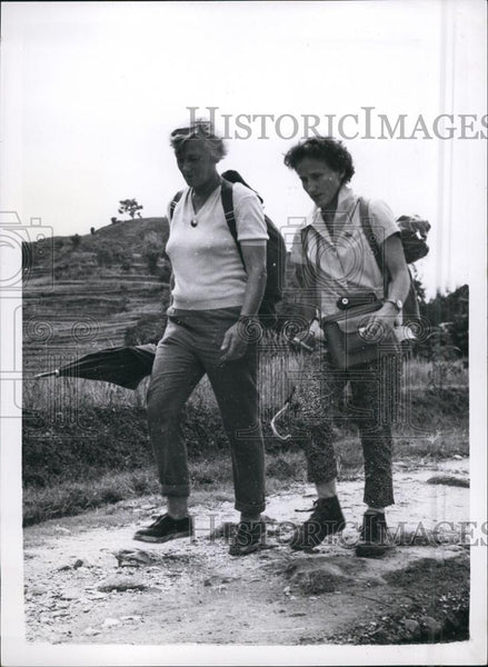 Press Photo Leader Mino Kogan With Mrs. Gravina On Hike - Historic Images