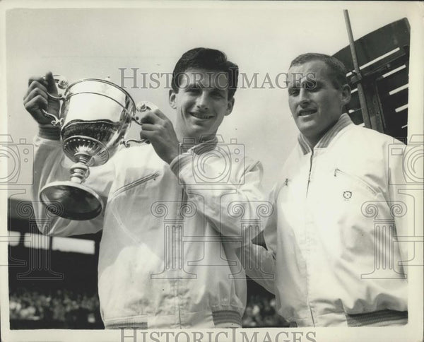 1956 Press Photo Ashley Cooper with the cup - and Neil Fraser at Wimbledon - Historic Images