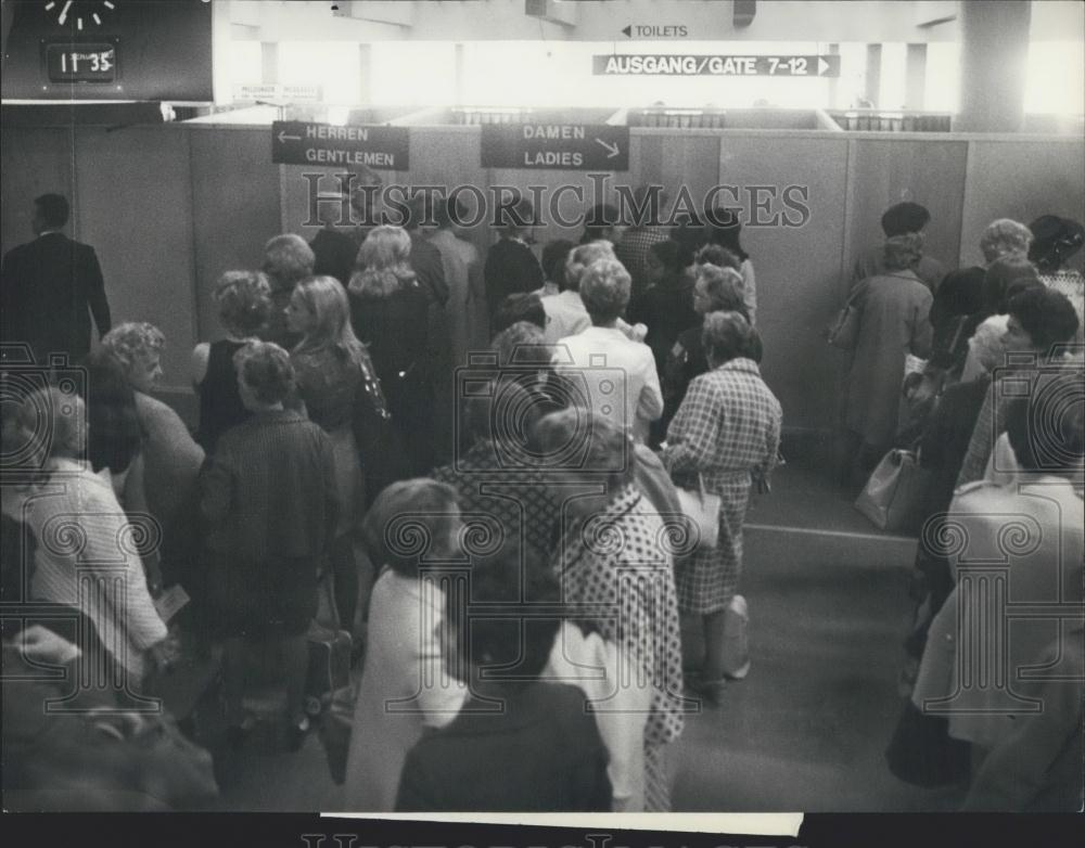 1970 Press Photo Passengers Wait Before The Cabins To Pass Swiss-Air Security - Historic Images