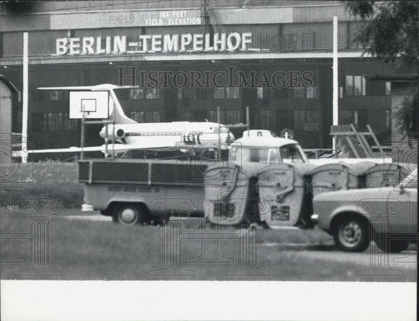Press Photo Polish Airplane Hijacked On Runway Berlin Germany - Historic Images