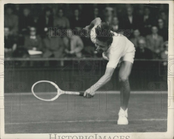 1954 Press Photo T. Ulrich (Denmark), in action at Wimbledon - Historic Images