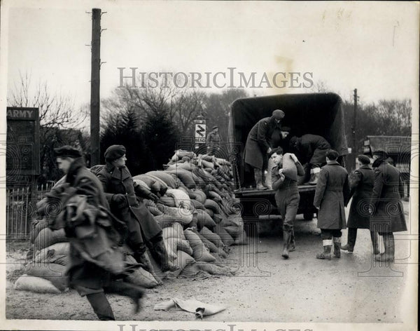 1953 Press Photo Aftermath of the Essex floods - Historic Images