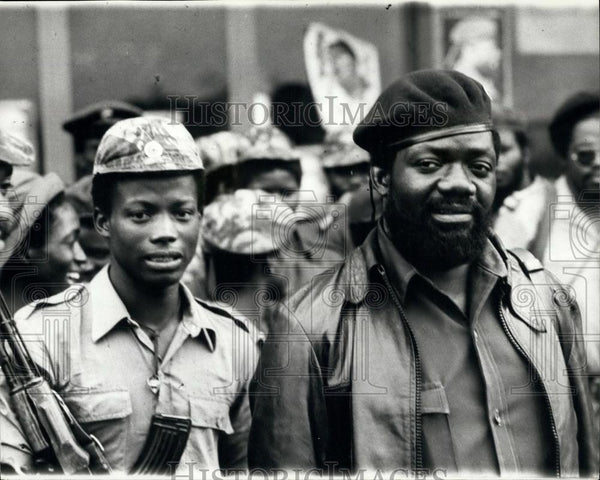 1975 Press Photo Dr. Jonas Savimbi Pictured with His UNITA Troops at Headquarter - Historic Images