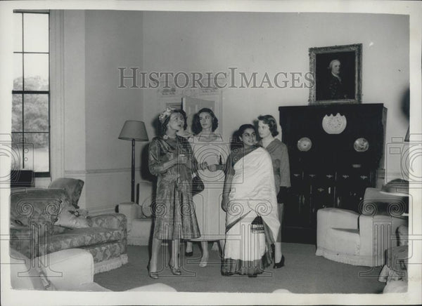 1957 Press Photo Countess Mountbatten Opens ''The House of Citizenship'' 4 Women - Historic Images