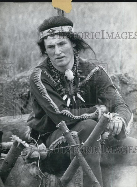 Press Photo A Man Dressed As A Native American - Historic Images