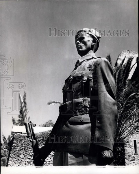 Press Photo Ethiopian Sentry Outside Royal Palace Former Capital Gondar - Historic Images