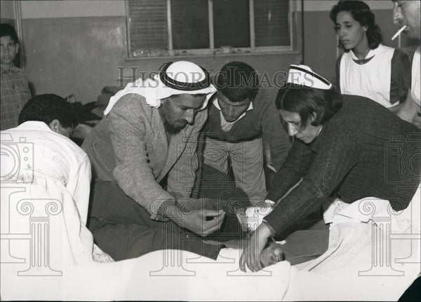 Press Photo Doctors and Nurses treat Injured Children - Historic Images