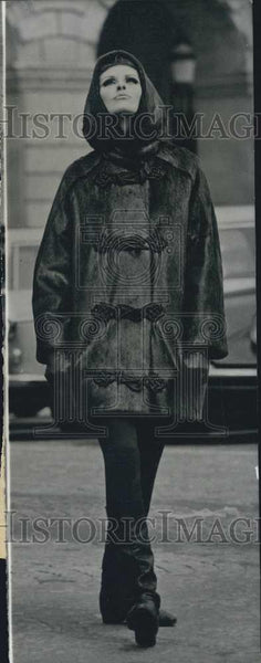 1964 Press Photo Model in winter coat by designer Roger Vivier - Historic Images