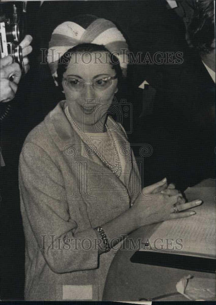 1965 Press Photo Mrs Deriemaecker,Belgium Minister speaks to the press - Historic Images