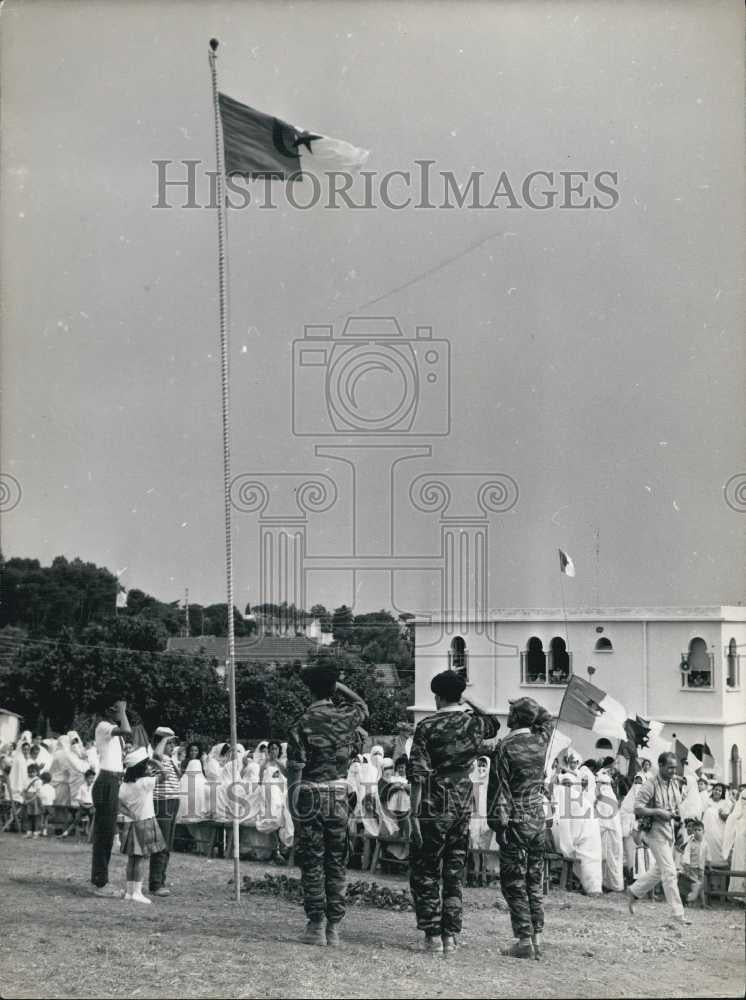 1962 Press Photo Soldiers salute the flag at Algeris Independence ceremony - Historic Images