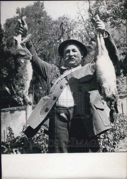 1928 Press Photo Rabbit catcher & his catch in the Dormie area - Historic Images
