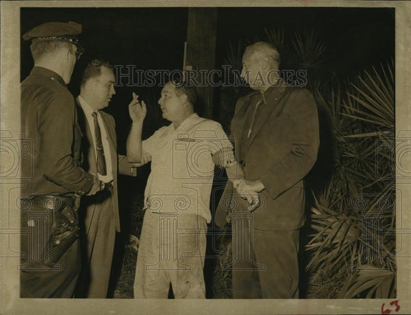 Press Photo Milton Eugene Reeves talking to police - RSL96763 - Historic Images