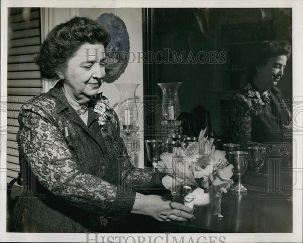 1949 Press Photo Mrs Cullen Thomas Arrived in Dallas to Visit Niece - RSL67765 - Historic Images