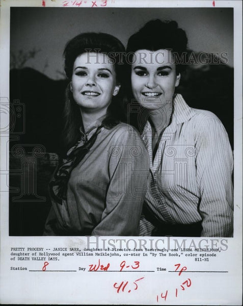 1969 Press Photo Janice Barr Actress Linda Meiklejohn Co-Star Death Valley Days - Historic Images