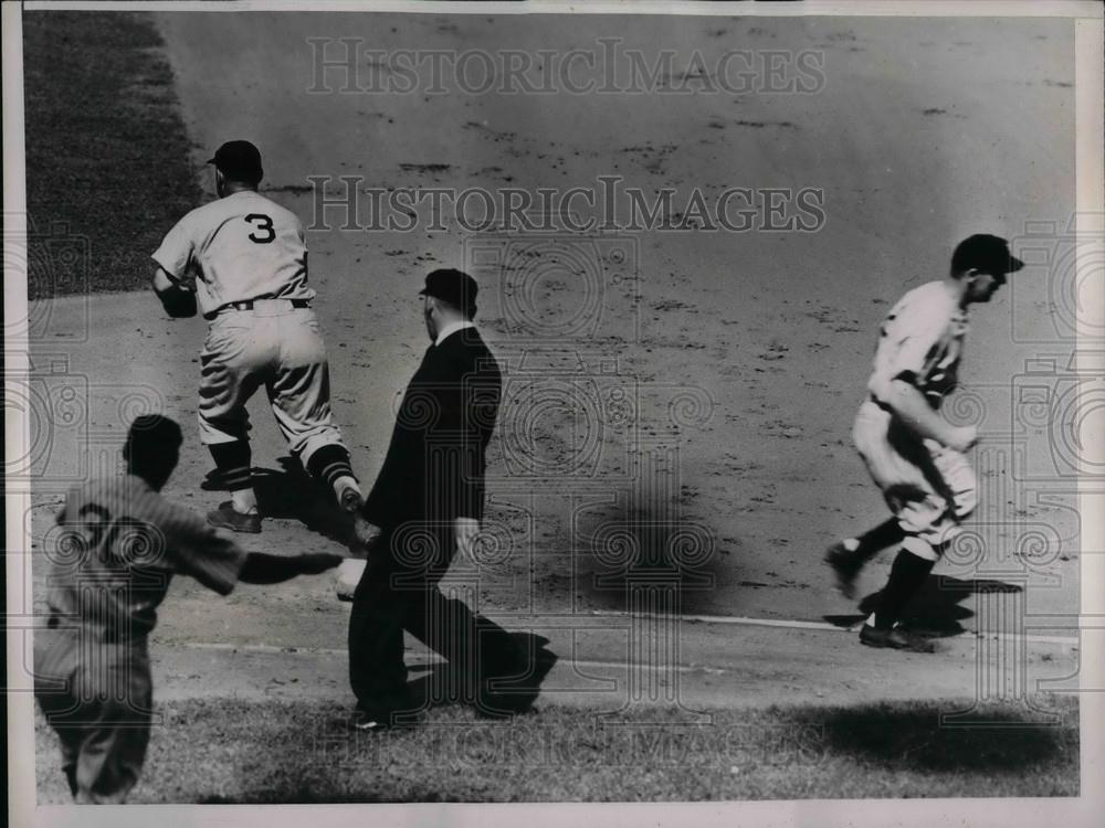 Press Photo Yankees Baseball players during game run for bases - Historic Images