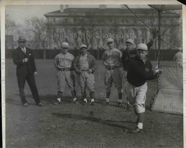 1930 Press Photo Coach Bill McCarthy & Players Watch Shortstop Jimmie Borgon - Historic Images